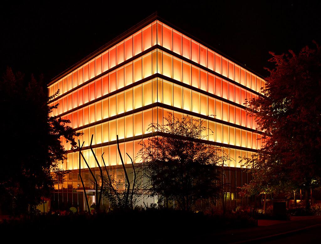 """Le bâtiment """"Amandolier"""" et ses lumières orangées"""