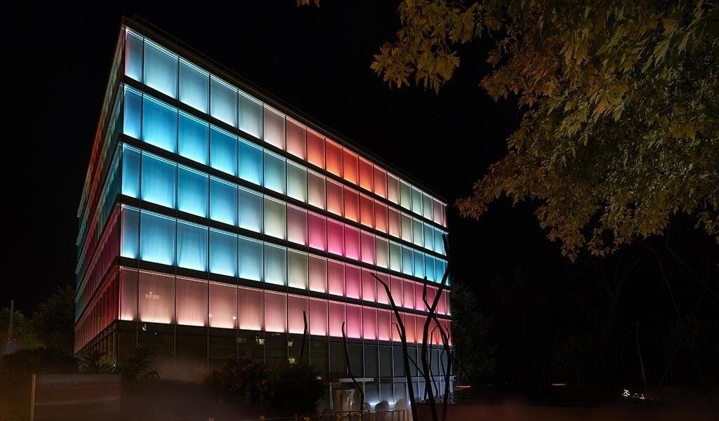 """Bâtiment """"Amandolier"""" : rénovation des éclairages des façades et du système de contrôle DMX menée par SPG Prorenova."""