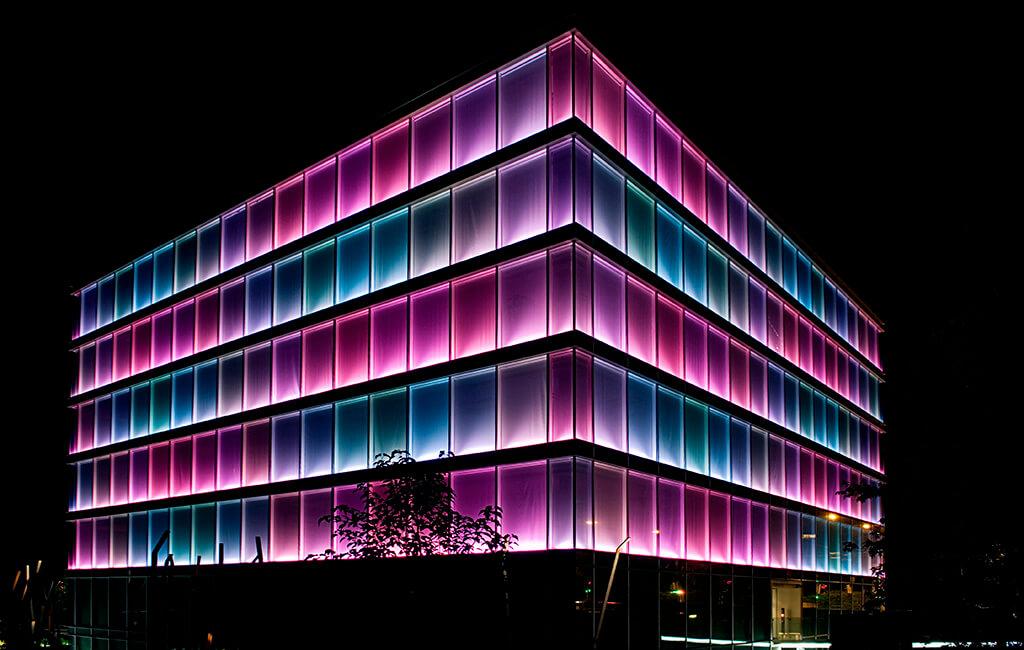 Le bâtiment Amandolier, réalisation d'Asset Development, nuit